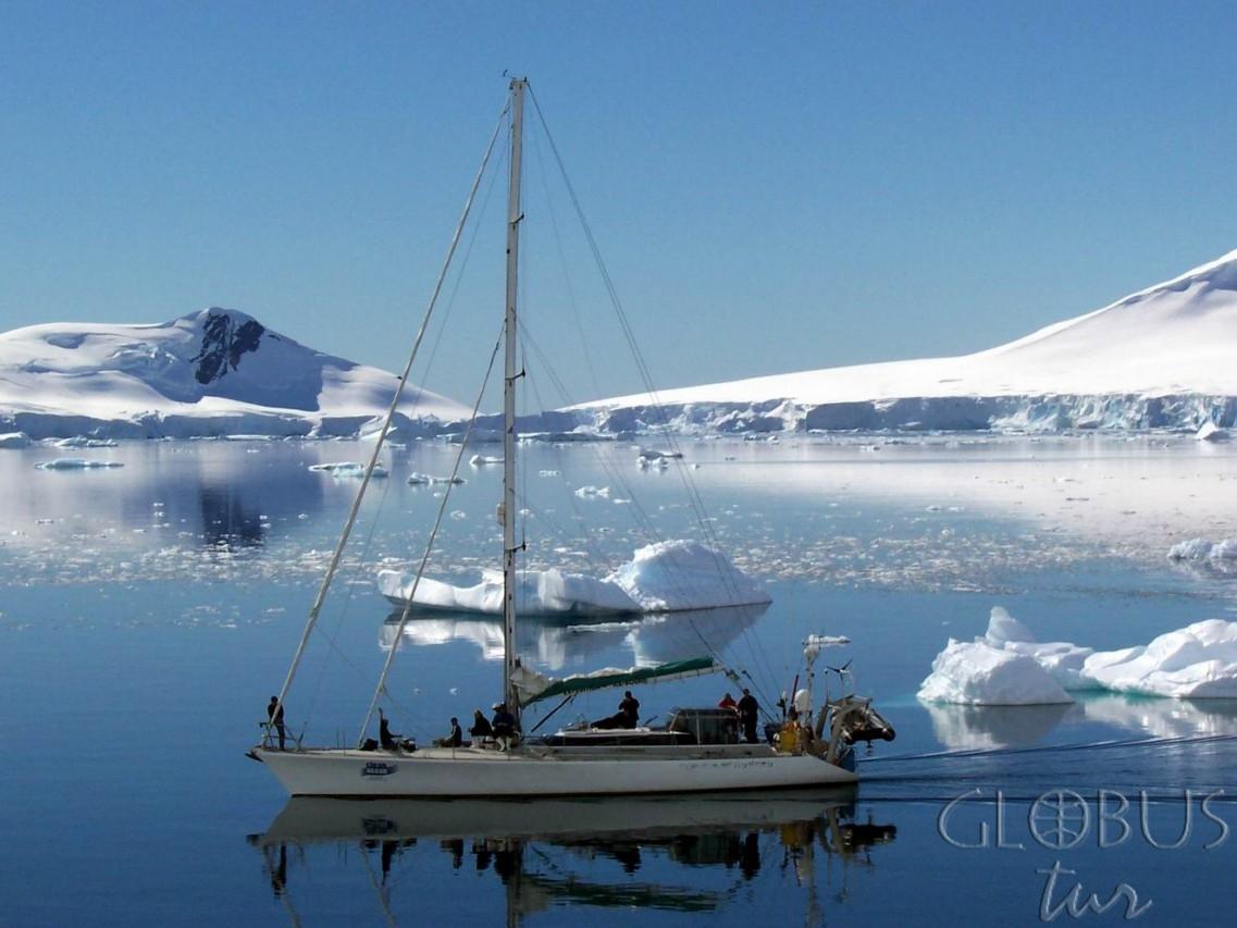 Антарктика яхта идущая под мотором